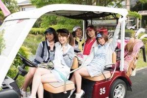 コースレッスンを楽しむゴルフ女子